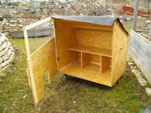 Kleiner mobiler Hühnerstall, der an jeden beliebigen Auslauf gekoppelt werden kann.