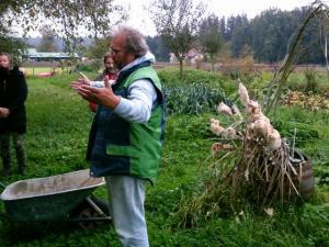 Rupert Peterlechner bei der Führung durch seine Kulturen